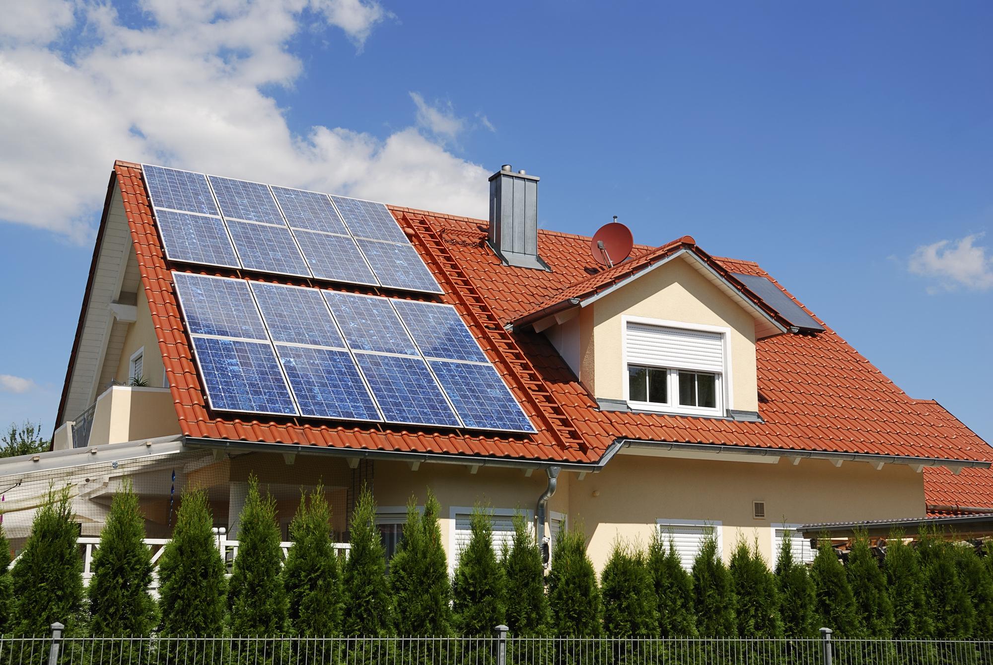 Casa en el campo con paneles solares en el tejado